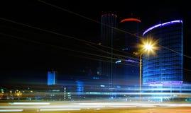 Véhicule mobile avec la lumière de tache floue par la ville la nuit Images stock