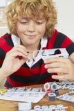 Véhicule modèle de peinture de garçon à la maison photographie stock