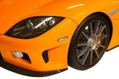 Véhicule orange, fond blanc Image stock