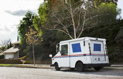 Véhicule postal dans le district résidentiel Image stock