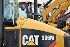 Véhicule résistant et logo d'équipement de Caterpillar photographie stock