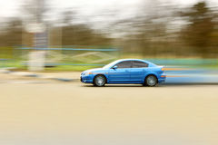 Véhicule rapide bleu. Photo libre de droits