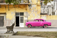 Véhicule rose à La Havane