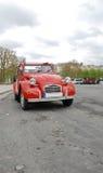 Véhicule rouge à Paris Photographie stock libre de droits
