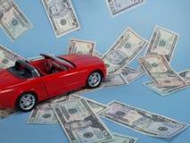 Véhicule rouge avec l'argent comptant. Image stock