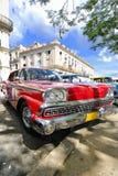 Véhicule rouge sous des branchements d'arbre à la Havane, Cuba images libres de droits