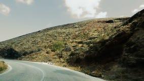 Véhicule roulant le long de l'autoroute sinueuse à la grande vitesse en montagnes, vue de voiture clips vidéos