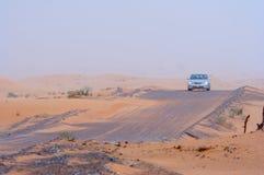 Véhicule se déplaçant à travers le désert Photo libre de droits