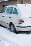 Véhicule sous la neige de l'hiver photos libres de droits