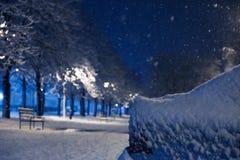 Véhicule sous la neige , véhicule de temps d'hiver Voitures bloquées par la neige sur des routes, neige-paralysie de rue du trafi Photo libre de droits