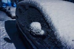 Véhicule sous la neige , véhicule de temps d'hiver Voitures bloquées par la neige sur des routes, neige-paralysie de rue du trafi Photographie stock