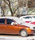 Véhicule sous la neige en hiver Image stock