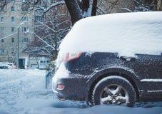 Véhicule sous la neige en hiver Photos libres de droits
