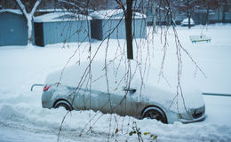 Véhicule sous la neige en hiver Photographie stock
