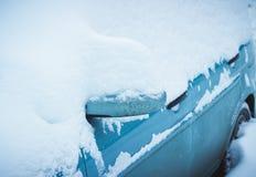 Véhicule sous la neige en hiver Image libre de droits