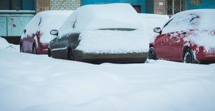 Véhicule sous la neige en hiver Photo stock