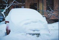 Véhicule sous la neige en hiver Photographie stock libre de droits