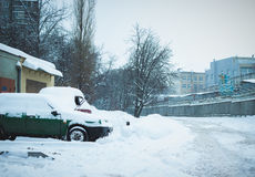 Véhicule sous la neige en hiver Photos stock