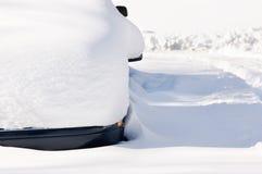 Véhicule stationné dans la neige photographie stock