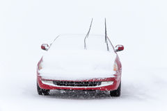 Véhicule stationné dans la tempête de neige de l'hiver Photos stock
