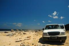 Véhicule sur la plage Bonaire de désert photos stock