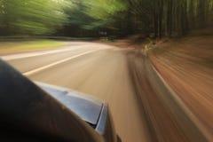 Véhicule sur la route avec la tache floue de mouvement Images stock