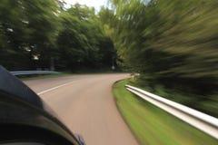Véhicule sur la route avec la tache floue de mouvement Image stock