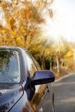 Véhicule sur la route de l'automne. Photo stock