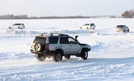 Véhicule sur la route de l'hiver. photo libre de droits