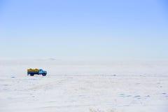 Véhicule sur la route de l'hiver Photographie stock libre de droits