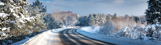 Véhicule sur la route de l'hiver images stock