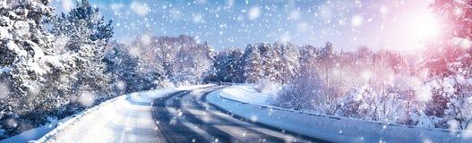 Véhicule sur la route de l'hiver image stock