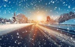 Véhicule sur la route de l'hiver Photographie stock