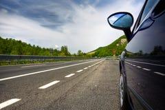 Véhicule sur une route photo libre de droits