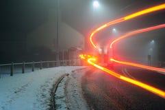 Véhicule sur une route de l'hiver Photo stock