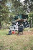 Véhicule 4x4 tous terrains avec la tente dans le toit prêt pour camper Image stock
