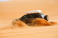 Véhicule tous terrains cherchant une dune, Libye - Afrique Photographie stock