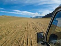 Véhicule tous terrains sur une dune de sable dans Ladakh Photographie stock libre de droits