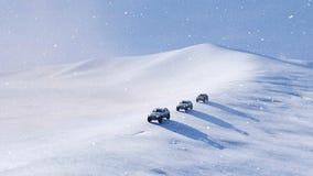 Véhicule tous terrains SUV sur la pente de neige aux chutes de neige 4K banque de vidéos