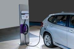 Véhicules électriques et stations de charge de véhicule électrique Images libres de droits