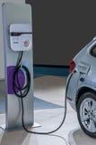 Véhicules électriques et stations de charge de véhicule électrique Images stock
