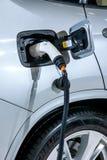 Véhicules électriques et stations de charge de véhicule électrique Photos stock