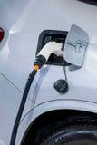 Véhicules électriques et stations de charge de véhicule électrique Photo libre de droits