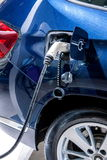 Véhicules électriques et stations de charge de véhicule électrique Photographie stock libre de droits