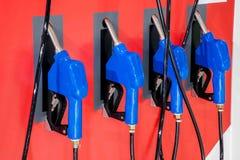 Véhicules électriques et stations de charge de véhicule électrique Image libre de droits