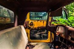 Véhicules abandonnés dans un entrepôt de ferraille Images libres de droits