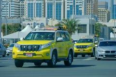 Véhicules Abu Dhabi, EAU de patrouille de service de route photographie stock