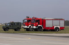 Véhicules actionnant la base aérienne à Poznan-Krzesiny images stock