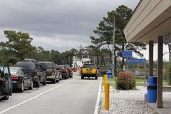 Véhicules attendant pour monter à bord du ferry de Southport Photographie stock