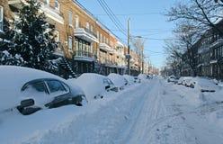 Véhicules couverts par la neige sur la rue Photographie stock